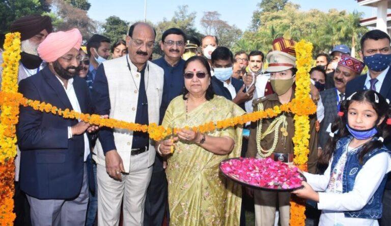 राज्यपाल श्रीमती बेबिरानी मौर्य ने राजभवन में पुष्प प्रदर्शनी का शुभारम्भ किया