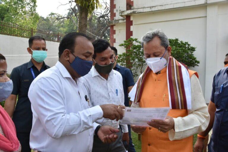 कोरोना रिपोर्ट निगेटिव आने के बाद मुख्यमंत्र तीरथ सिंह रावत ने बीजापुर हाउस में लोगों से की मुलाकात