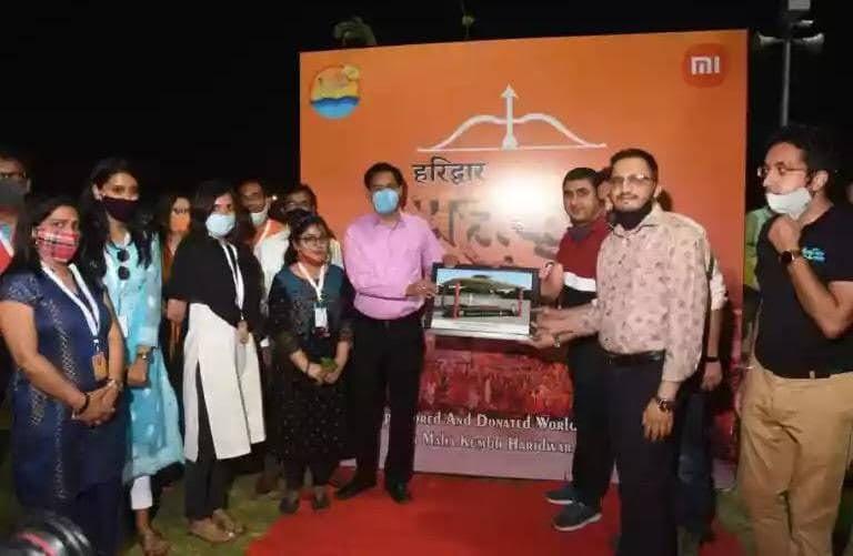 कुंभ मेला अधिकारी दीपक रावत को यम आई कम्पनी ने विश्व का सबसे बड़ा दीपक भेंट किया