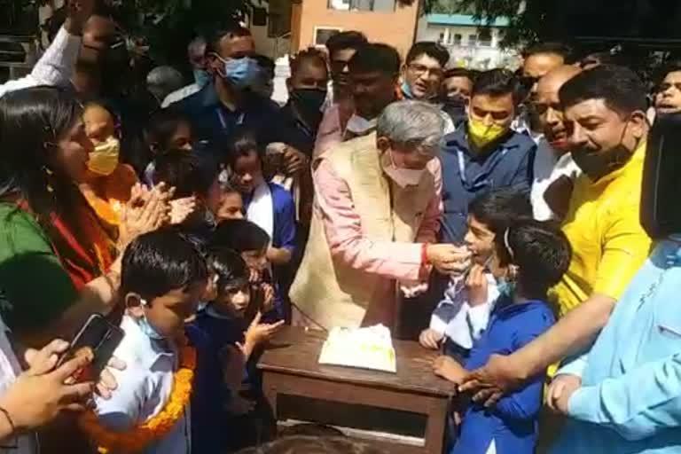 सीएम तीरथ सिंह ने बच्चों के साथ मनाया जन्मदिन