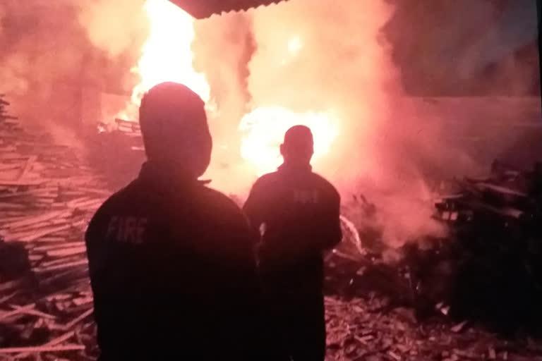 प्लाईवुड फैक्ट्री में लगी आग, लाखों का नुकसान
