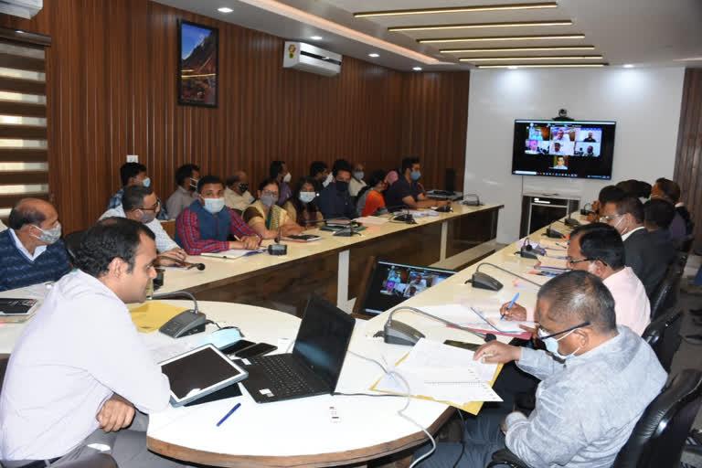 कैबिनेट मंत्री गणेश जोशी ने ली अधिकारियों की बैठक