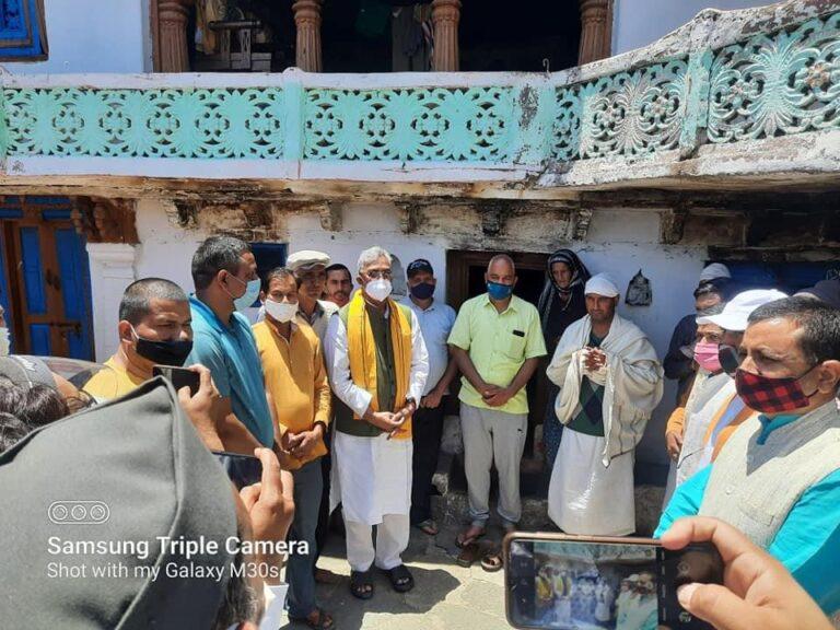 पूर्व मुख्यमंत्री त्रिवेन्द्र सिंह रावत ने जिलाध्यक्ष विनोद रतूड़ी के माता पिता के निधन पर उनके घर दल्ला जाकर  संवेदना व्यक्त की