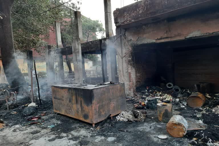 शाॅर्ट सर्किट होने से पांच दुकाने जलकर खाक
