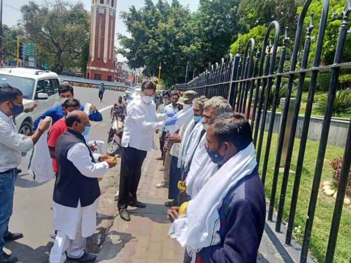मजदूर दिवस पर कांग्रेस ने किया मजदूरों का सम्मान