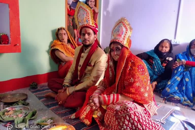 कोरोना ने बदले रिवाजः बारात लेकर साथ फेरे लेने दूल्हे के घर पहुंची दुल्हन