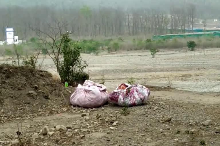 बिमारी का खतराः कोरोना मृतकों का सामान जंगल में फेंक रहे लोग