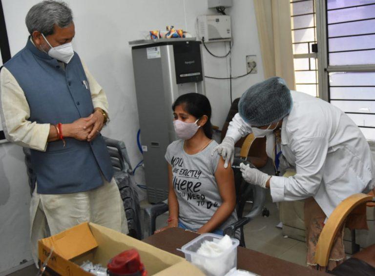 मुख्यमंत्री ने टीकाकरण कार्यक्रम की व्यवस्थाओं का निरीक्षण किया है।