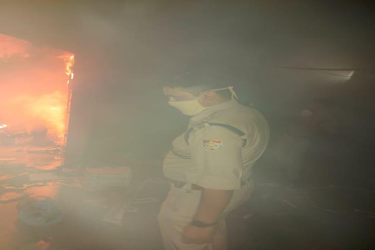 देर रात दुकान में लगी भीषण आग, लाखों सामान जलकर राख