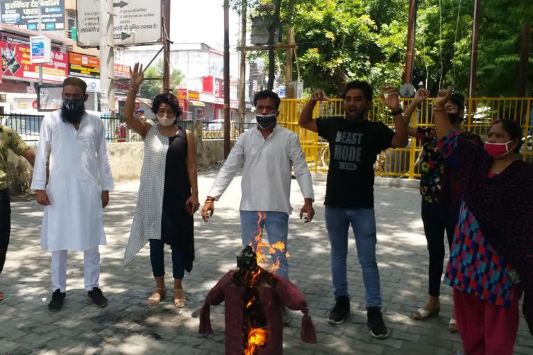 मंहगाई के खिलाफ कांग्रेस ने फूंका सरकार का पुतला