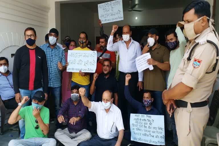 व्यापारियों ने दिया नेता प्रतिपक्ष के आवास पर दिया धरना