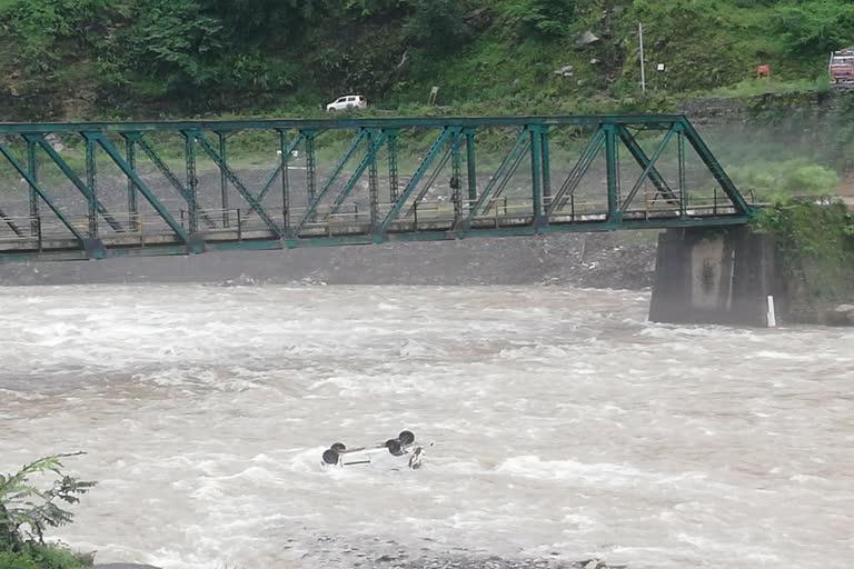 मंदाकिनी नदी में समाई कार, चालक की मौत