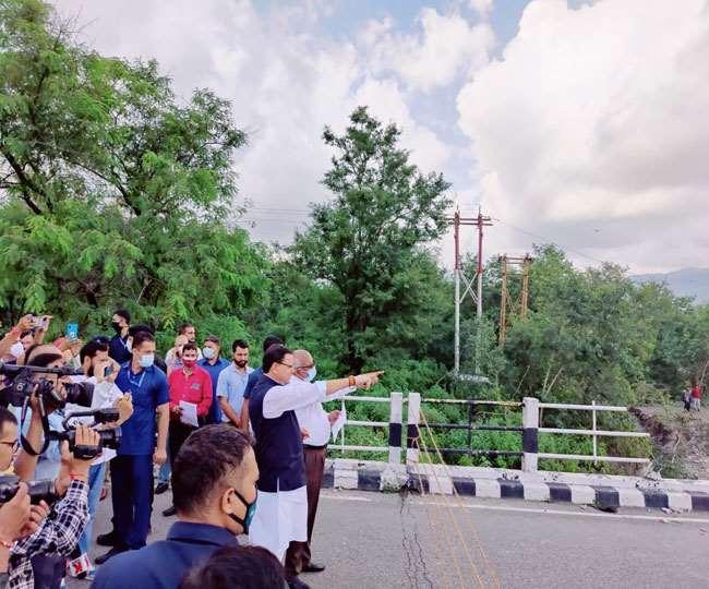 रानीपोखरी में टूटे हुए पुल का निरीक्षण करने पहुंचे सीएम धामी