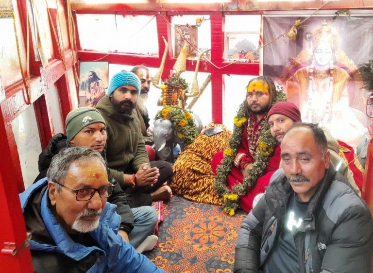 स्थानीय लोगों को श्री बद्रीनाथ मन्दिर के दर्शन करने के लिए महन्त धर्मराज भारती का आमरण अनशन का दूसरा दिन जारी रहा