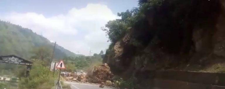 ऋषिकेश गंगोत्री ओलवेडर रोड़ पर गिरी चाटन भगवान की कृपा से बची दो सवारी की जान