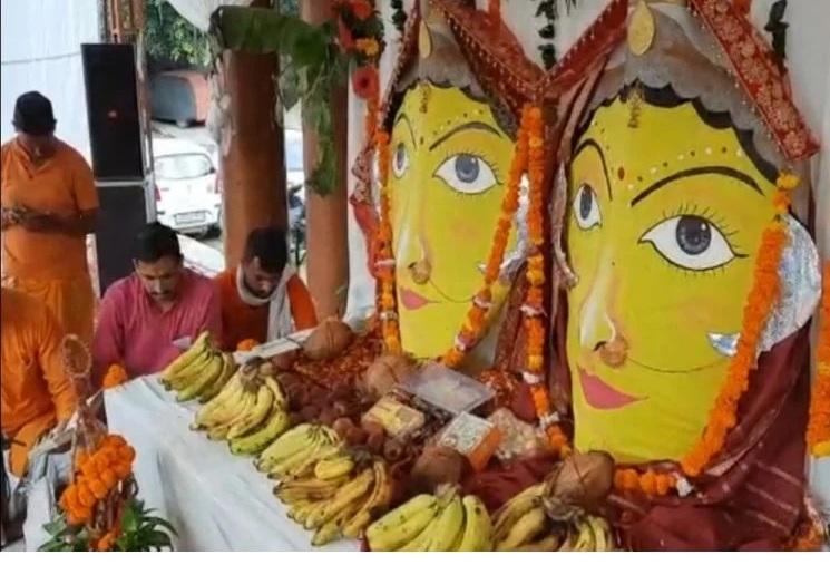 नैना देवी मंदिर परिसर में मां नंदा-सुनंदा की प्रतिमा को भक्तों के दर्शनार्थ रखा