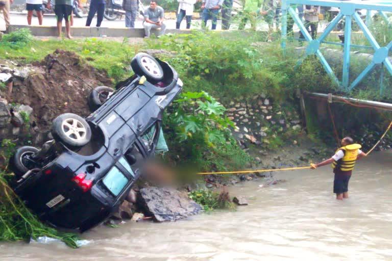 कार अनियंत्रित होकर नहर में गिरी चालक की मौत