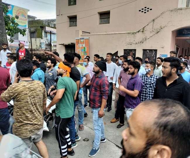 कालेज में आपस में भिड़े एबीवीपी और बागी, पुलिस ने किया लाठीचार्ज