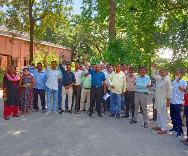 कर्मचारियों की हड़ताल से निकायों में कामकाज ठप्प