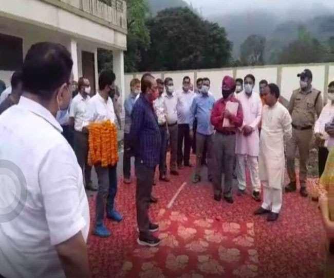 मंत्री धन सिंह के सामने विधायक काऊ ने जमकर काटा हंगामा,कार्यकर्ताओं से भी की बदसलूकी